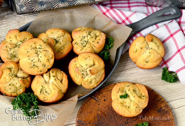 Easy GARLIC BUTTER BUNS using canned biscuits. Recipe at TidyMom.net