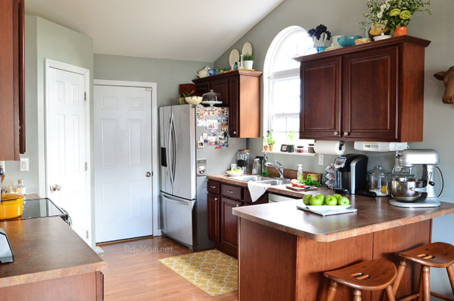 i love to wake up to a clean kitchen - because clean feels good.  TidyMom.net