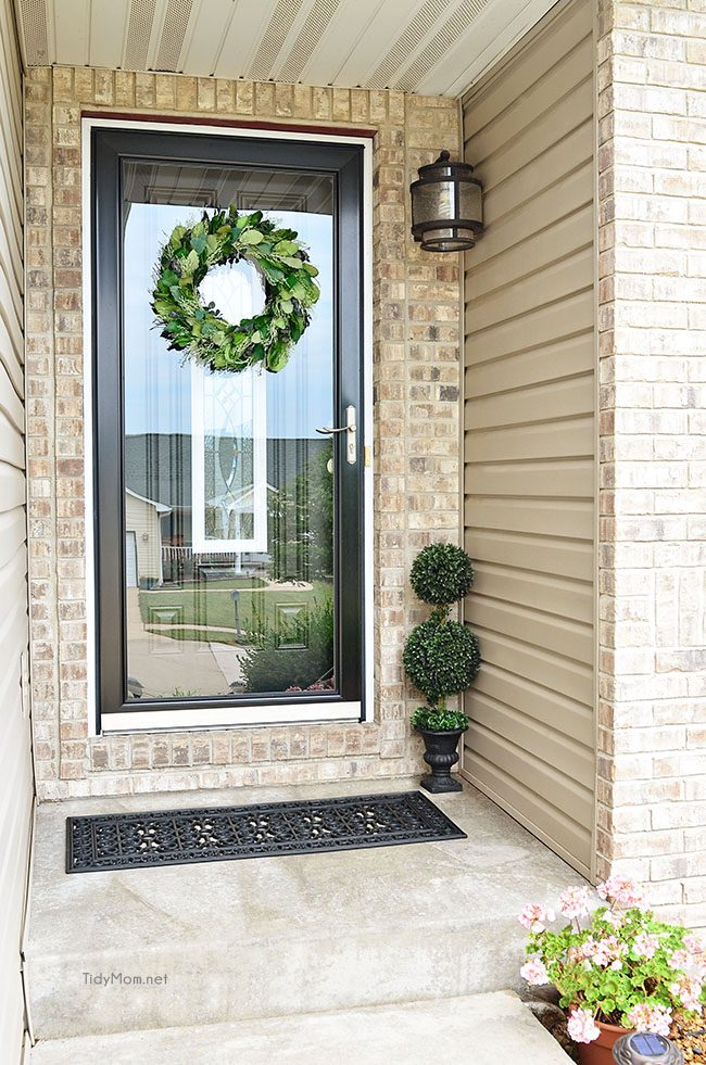 10 minute Idea! Quick and Easy Front Porch Update at TidyMom.net