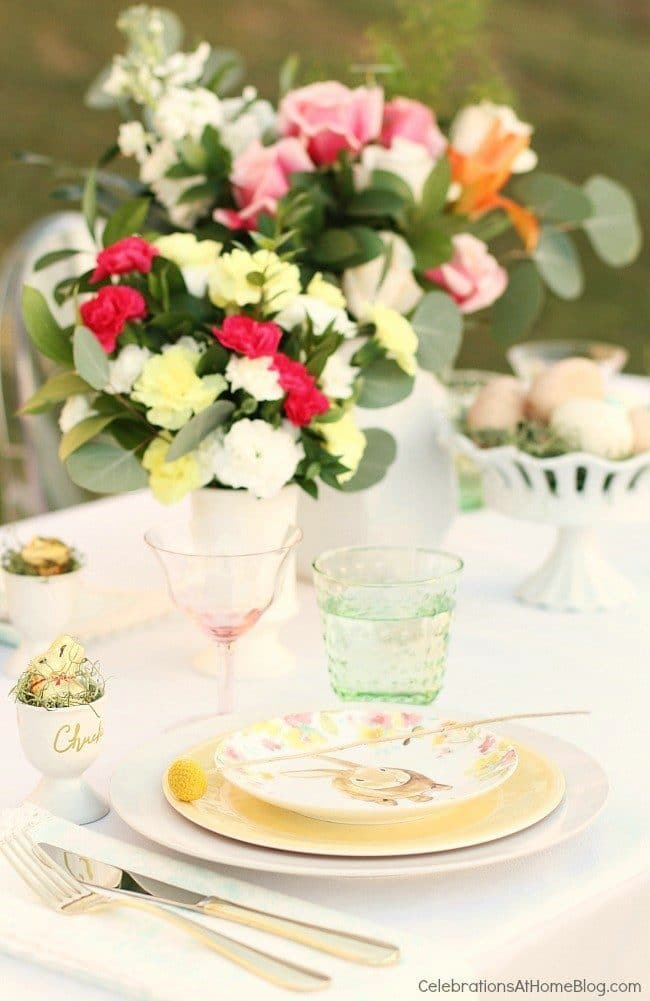 Easter Brunch Tablescape | Easter Dinner Meal Plan recipes, printables and decor ideas. Details at TidyMom.net