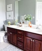 Cleaning your bathroom on a daily basis is an easy habit that should only take a few minutes Learn how to keep your bathroom clean in just 5 minutes a day with just 4 easy steps. Get all the cleaning details at TidyMom.net #bathroom #cleaning #howto #housekeeping #tidymom