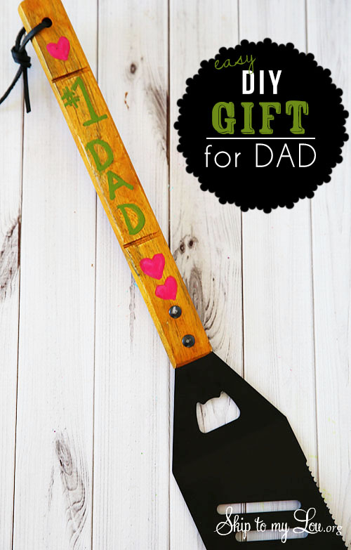 A Father's Day gift that dad is sure to flip over. DIY Personalized Grill Spatula tutorial at Tidymom.net