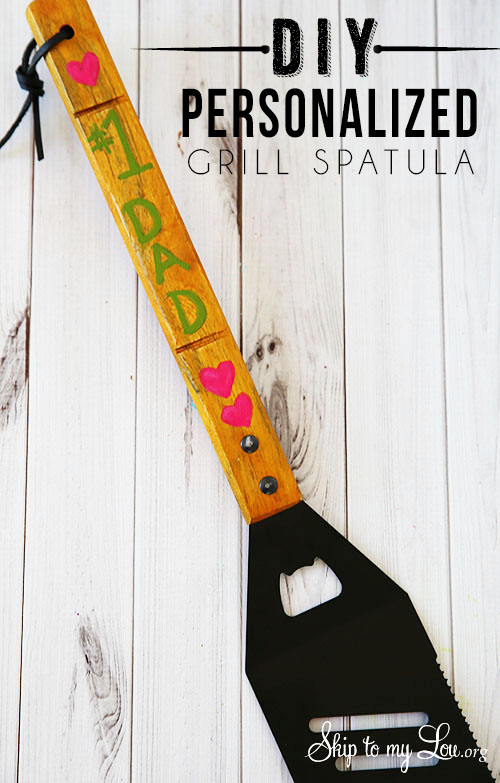 A Father's Day gift that dad is sure to flip over. DIY Personalized Grill Spatula at Tidymom.net