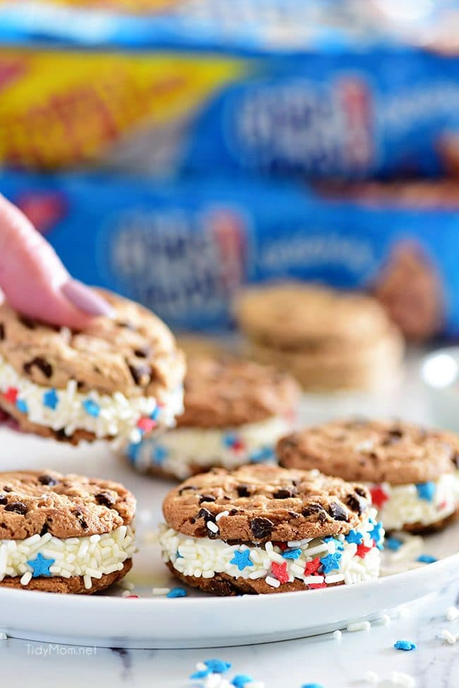 Easy Chocolate Chip Cookie Sandwich. Chips Ahoy Cookies, canned frosting and sprinkles are all you need for a quick fun party treat they will all love! Details at TidyMom.net