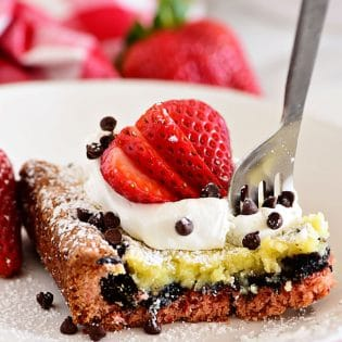 This Strawberry Gooey Butter Cake is a simply delicious dessert bar with an unexpected Oreo cookie layer. If you are a fan of strawberries, you will love this easy dessert recipe. Print the full recipe at TidyMom.net