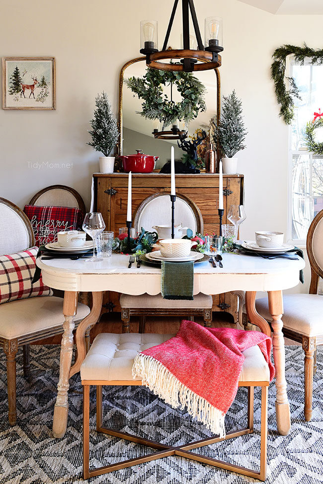 Simple Christmas dinning room decor